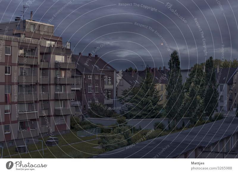 So langsam wird es dunkel Himmel Wolken Herne Ruhrgebiet Stadt Stadtzentrum Haus Gebäude Architektur Balkon Garten Dach Beton beobachten ästhetisch blau grau