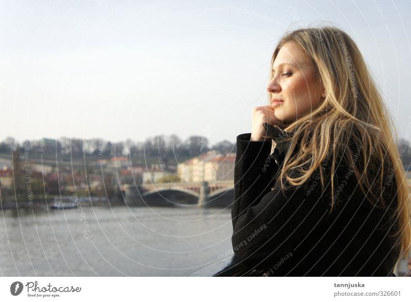 Junge Frau in Prag feminin 1 Mensch 18-30 Jahre Jugendliche Erwachsene Kleinstadt Stadt Hauptstadt Blick blond Stimmung Farbfoto Außenaufnahme Tag Porträt