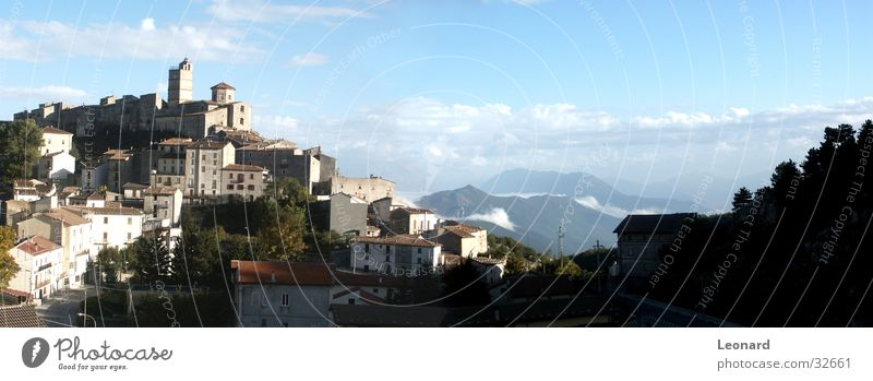 Italienisches Dorf Haus Baum Hügel Wolken Europa Schulunterricht Berge u. Gebirge Senke Himmel Straße