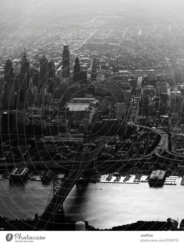 The Streets of Philadelphia Fluss Delaware USA Stadt Stadtzentrum Skyline bevölkert Hochhaus Straße Brücke ästhetisch Schwarzweißfoto Außenaufnahme