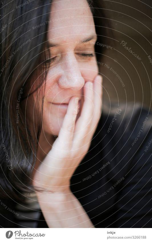 Bescheidenheit Lifestyle Stil schön Frau Erwachsene Leben Haare & Frisuren Gesicht Hand 1 Mensch 18-30 Jahre Jugendliche 30-45 Jahre schwarzhaarig brünett