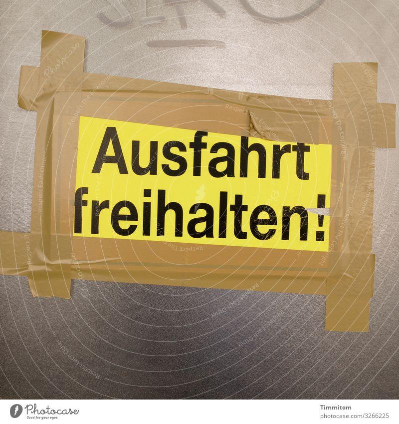 Ausfahrt Stadt Haus Tür Tor Kunststoff Schriftzeichen Hinweisschild Warnschild Armut einfach braun gelb schwarz Gefühle Ordnung Problemlösung Klebeband