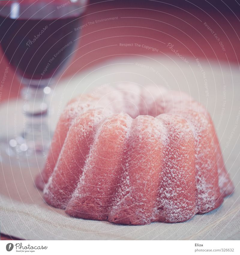 Dann sollen sie doch Kuchen essen! Speise Holz Glas Tisch Kochen & Garen & Backen Wein lecker Kuchen Backwaren altehrwürdig Rotwein Rotkäppchen Puderzucker Gugelhupf