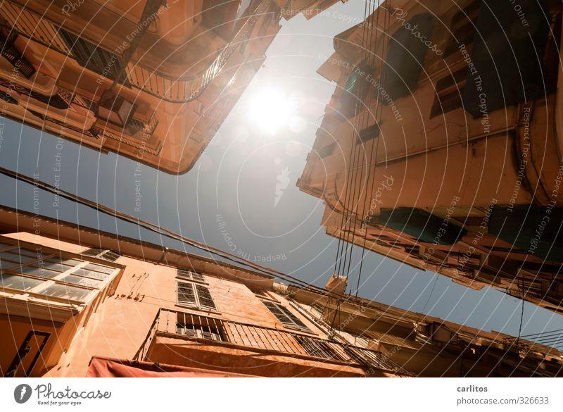 Sonnige Aussichten Wolkenloser Himmel Sonne Sonnenlicht Sommer Schönes Wetter Wärme Hauptstadt Stadtzentrum Altstadt Haus Bauwerk Mauer Wand Fassade Balkon