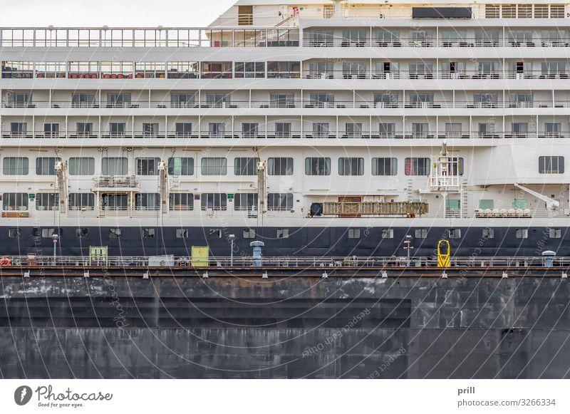 cruise ship closeup Reichtum Stadt Balkon Schifffahrt Passagierschiff Kreuzfahrtschiff Wasserfahrzeug modern Hamburger Hafen seefahrzeug deutschland