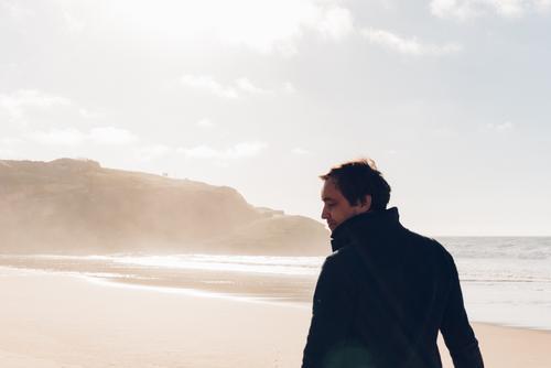 Sunny day maskulin Mann Erwachsene 1 Mensch 30-45 Jahre Natur Landschaft Klima Küste Bucht Bewegung laufen Blick wandern Coolness einfach positiv Stimmung