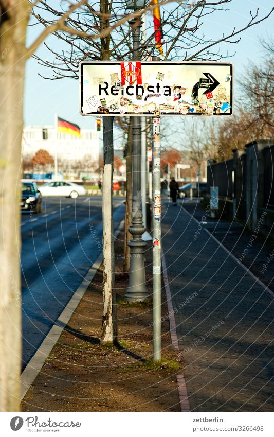 Zum Reichstag nach rechts Architektur Berlin Deutscher Bundestag Deutschland Hauptstadt Parlament Regierung Regierungssitz Spree Spreebogen