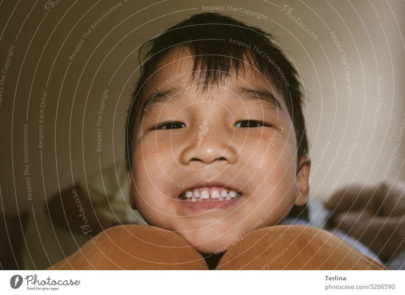 Lebensfreude Freude Junge 1 Mensch 3-8 Jahre Kind Kindheit schwarzhaarig Lächeln lachen Blick warten außergewöhnlich Glück Neugier schön Zufriedenheit