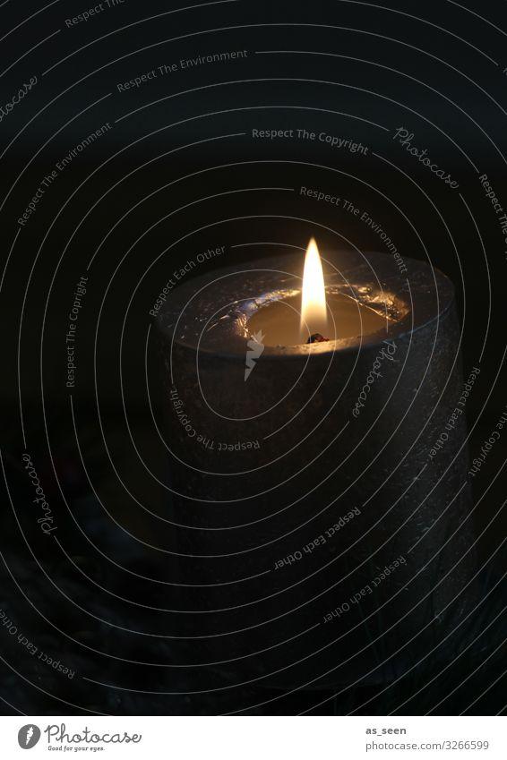 Licht im Dunkel ruhig Meditation Weihnachten & Advent Silvester u. Neujahr Trauerfeier Beerdigung Zeichen Kerzenschein leuchten authentisch einfach Wärme braun