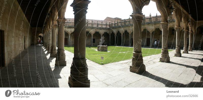 Kloster Farbton Brunnen Mensch Spanien Architektur Spalte Säule Grasboden Sonne