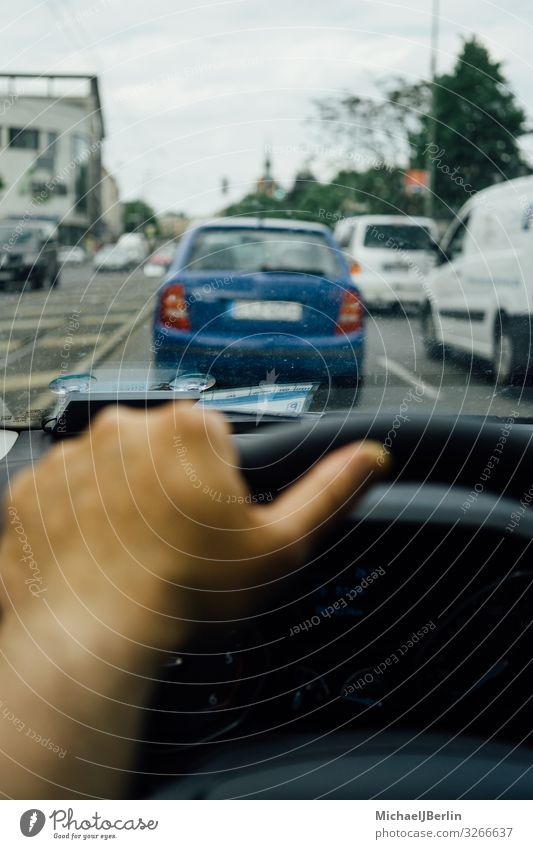 Hand am Lenkrad eines Autos im Verkehr maskulin Personenverkehr Autofahren Straße PKW Großstadt Europa Malediven Berlin Deutschland privat Perspektive Fahrer