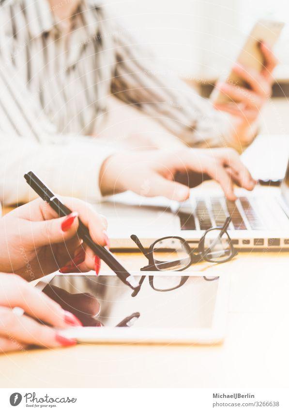 Junge Menschen im Büro schreiben auf Tablet Computer Beruf Business PDA Notebook Hardware Frau Erwachsene Hand Surfen Internet Schreibstift digital Studium