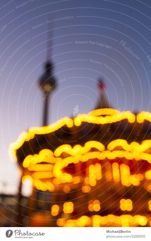 Weihnachtsmarkt unscharf fotografiert Winter Weihnachten & Advent mehrfarbig Hintergrundbild Berlin Deutschland Alexanderplatz Fernsehturm Karussell glänzend