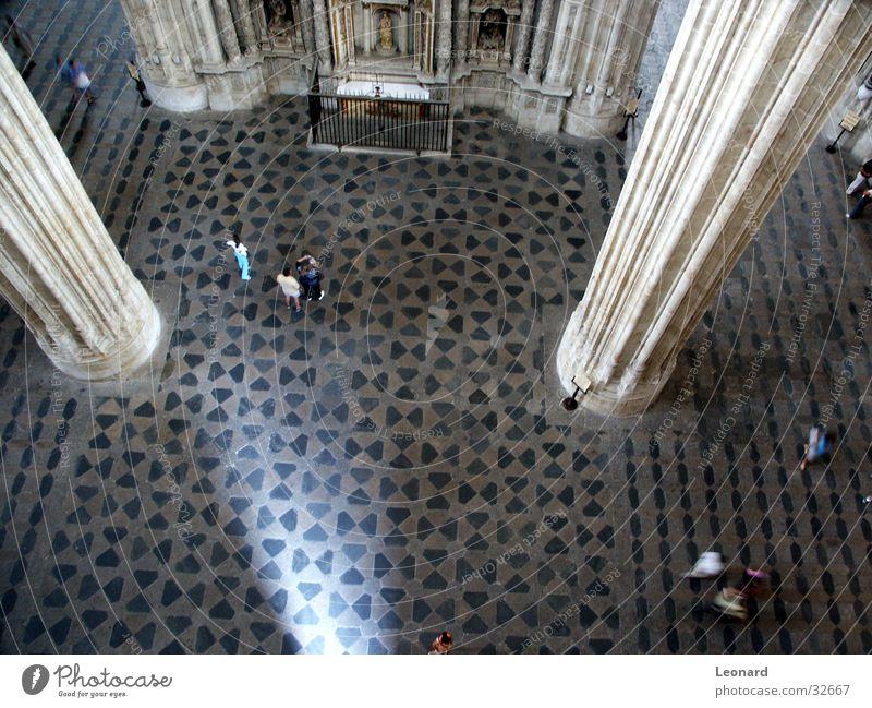 in der Kathedrale Mensch Gebäude Religion & Glaube Architektur Perspektive Bodenbelag Spanien Zaun Spalte Gotik Mosaik Gotteshäuser
