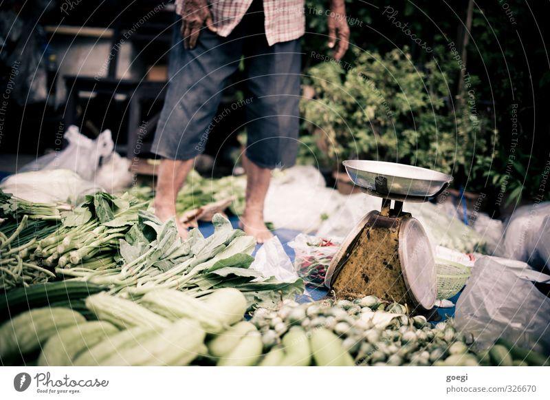Markttag Lebensmittel Gemüse Ernährung Bioprodukte Vegetarische Ernährung Asiatische Küche Mensch maskulin Mann Erwachsene 1 grün Waage Marktstand Gemüsemarkt