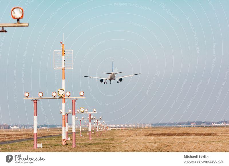 Flugzeug im Landeanflug auf Flughafen Ferien & Urlaub & Reisen Luftverkehr Landebahn Flugzeuglandung Flugzeugstart fliegen international Verkehr Umwelt