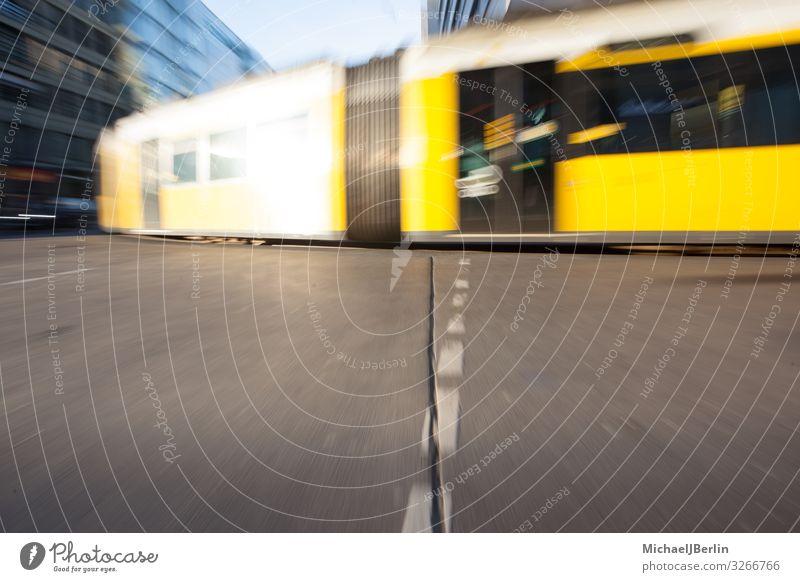 Straßenbahn in Berlin Leben Verkehrsmittel Öffentlicher Personennahverkehr Schienenverkehr fahren Deutschland Großstadt Zoomeffekt Bewegung gelb Farbfoto
