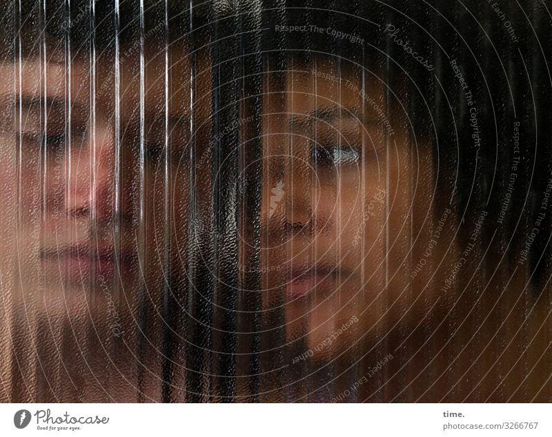 Janis & Ansiré maskulin feminin Frau Erwachsene Mann 2 Mensch Schauspieler kurzhaarig langhaarig Glas Glasscheibe Linie Streifen beobachten Denken Blick