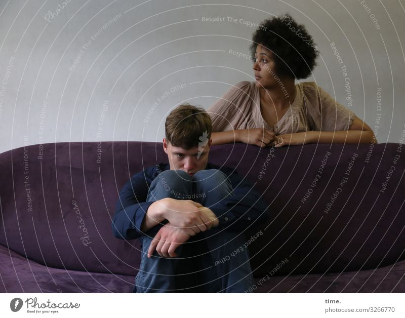 Janis & Ansiré Sofa Raum maskulin feminin Frau Erwachsene Mann 2 Mensch Theaterschauspiel Schauspieler Hemd Hose kurzhaarig langhaarig Locken Afro-Look
