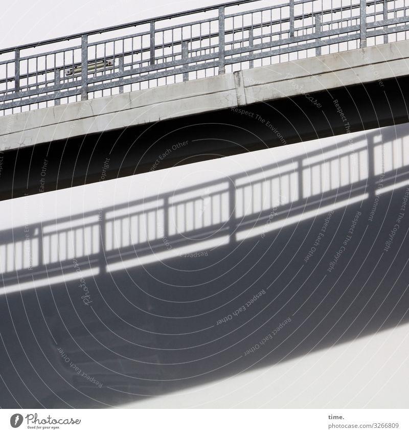 Statik & Dynamik Schönes Wetter Brücke Bauwerk Gebäude Architektur Mauer Wand Brückengeländer Neugier Interesse Überraschung Partnerschaft entdecken Inspiration