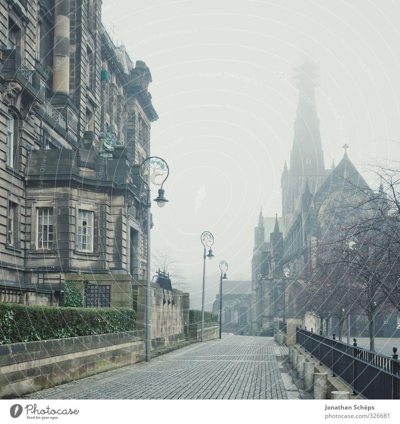 Kirche und Wohnhaus in Glasgow im Nebel Großbritannien Schottland Stadt Haus Bauwerk Gebäude Architektur alt ästhetisch dunkel trist grau Wege & Pfade Straße