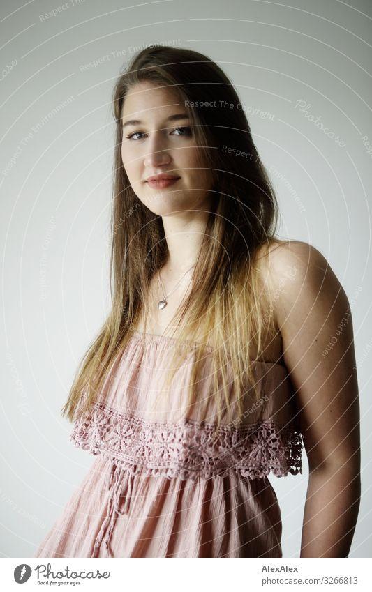 Portrait einer jungen Frau Jugendliche Junge Frau Stadt schön Freude 18-30 Jahre Lifestyle Erwachsene natürlich feminin Stil Zufriedenheit elegant ästhetisch