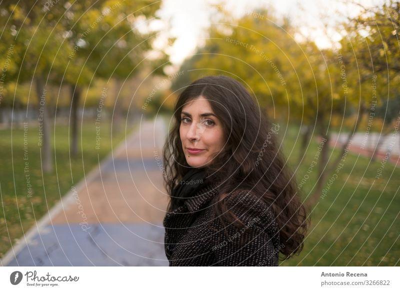 Hübsche Frau aus den 40er Jahren porträtiert Wallach im Park Mensch Erwachsene Herbst langhaarig stehen niedlich Gelassenheit hübsch 30s 40s Spanisch grinsend