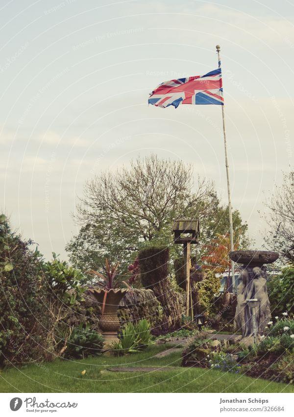 born in the UK II Himmel Natur grün Pflanze Landschaft Umwelt Herbst Gras Garten Wind Sträucher Fahne wehen Fahnenmast Grünpflanze Großbritannien