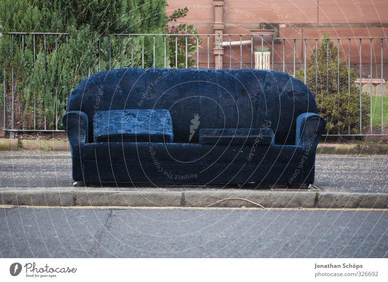 Sitzgelegenheit Glasgow außergewöhnlich lustig Sofa Straße Außenaufnahme leer Sperrmüll sitzen Sitzgarnitur blau Fußweg Bürgersteig Zaun besetzen Erholung