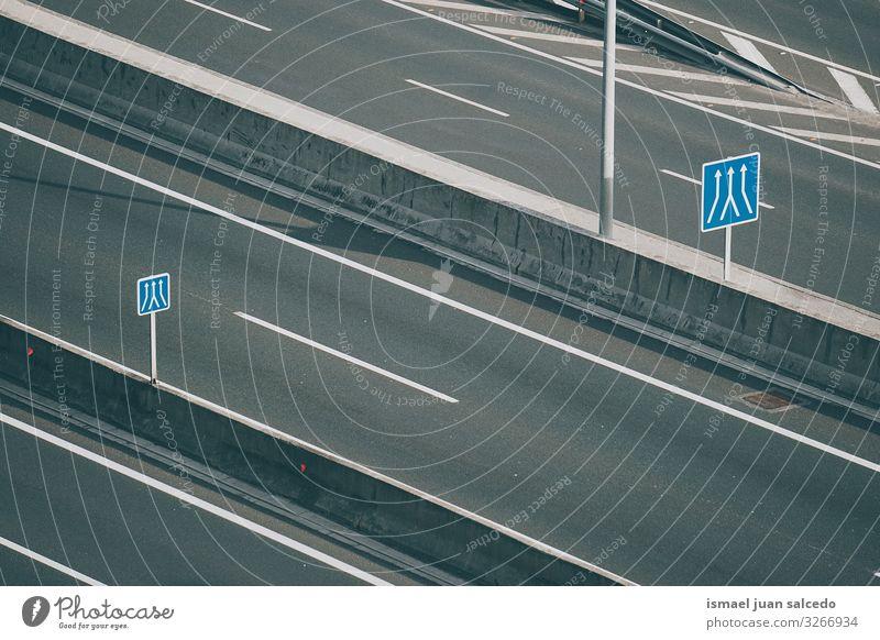 Ampel auf der Autobahn in der Stadt Pfeil Regie Verpflichtung Verkehrsgebot Signal Straße Asphalt Hinweisschild Großstadt Verkehrsschild Zeichen