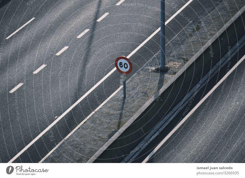 Geschwindigkeitsbegrenzung Ampel auf der Autobahn einschränken Verbotsschild verboten Verkehrsgebot signalisieren Straße Asphalt Hinweisschild Großstadt