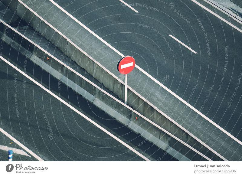 verbotene Ampel auf der Straße auf der Autobahn Verkehrsgebot Signal Verbotsschild stoppen Regie Ermahnung Großstadt Verkehrsschild Zeichen Symbole & Metaphern