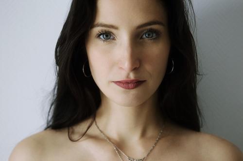 Portrait einer jungen Frau elegant Stil schön Sinnesorgane Junge Frau Jugendliche Gesicht 18-30 Jahre Erwachsene Schmuck schwarzhaarig langhaarig beobachten