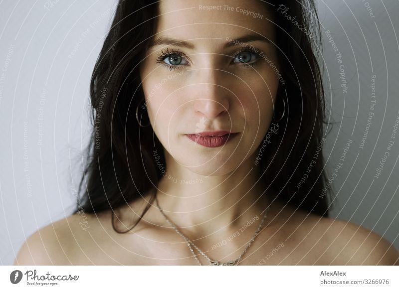 Portrait einer jungen Frau Jugendliche Junge Frau Stadt schön 18-30 Jahre Gesicht Erwachsene natürlich feminin Stil elegant ästhetisch authentisch beobachten