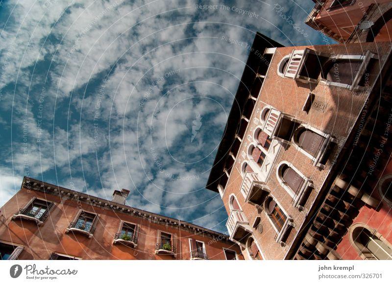 Campo San Luca Himmel Ferien & Urlaub & Reisen blau Stadt rot Wolken Fenster Architektur Gebäude braun Fassade Idylle Hochhaus authentisch Vergänglichkeit Wandel & Veränderung
