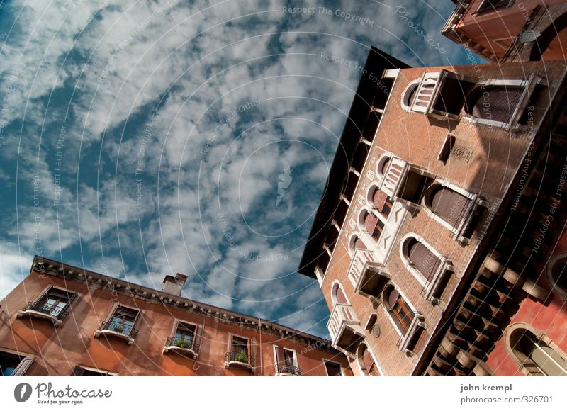 Campo San Luca Himmel Wolken Venedig Italien Hafenstadt Stadtzentrum Altstadt Hochhaus Bauwerk Gebäude Architektur palazzo Fassade Fenster authentisch
