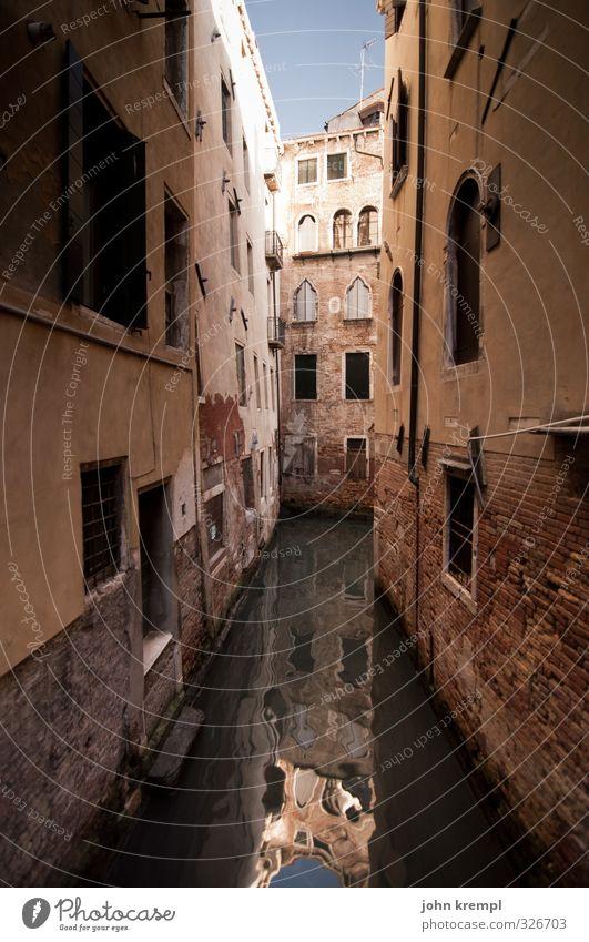 Sackwasse Ferien & Urlaub & Reisen Wasser Haus dunkel Fenster braun Fassade Tourismus Vergänglichkeit Wandel & Veränderung retro Schutz Romantik Italien