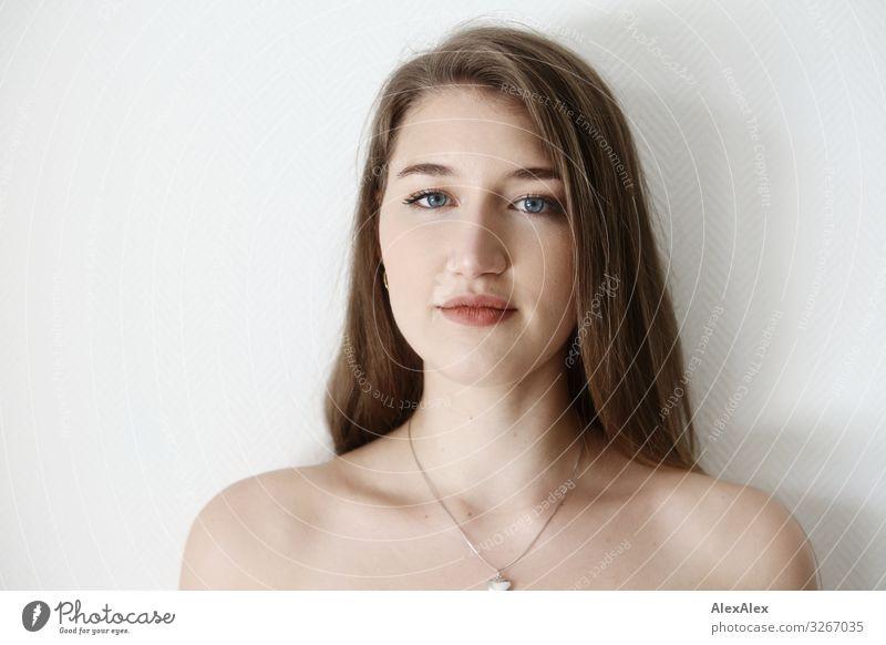 Portrait einer jungen Frau vor weißer Wand elegant Stil Freude schön Wellness Leben Junge Frau Jugendliche Gesicht 18-30 Jahre Erwachsene Schmuck brünett