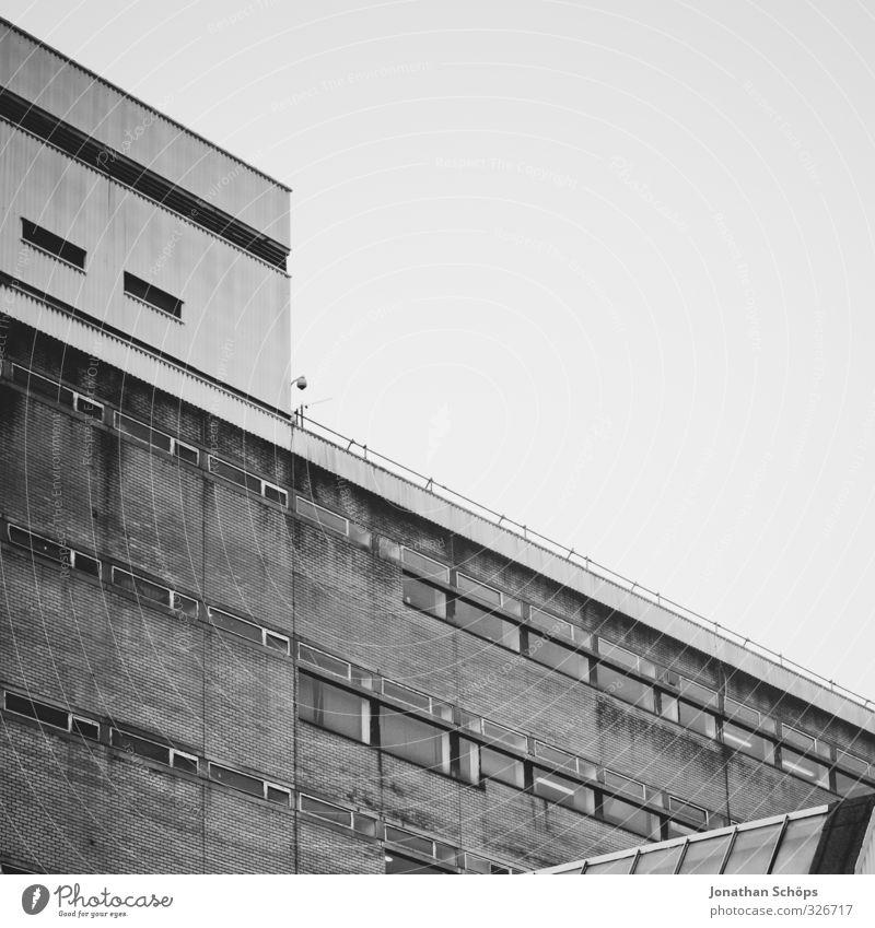 grau Glasgow Schottland Großbritannien Stadt Haus Hochhaus Bauwerk Gebäude Architektur trist Beton abwärts Abwärtsentwicklung Neigung Hochhausfassade eckig