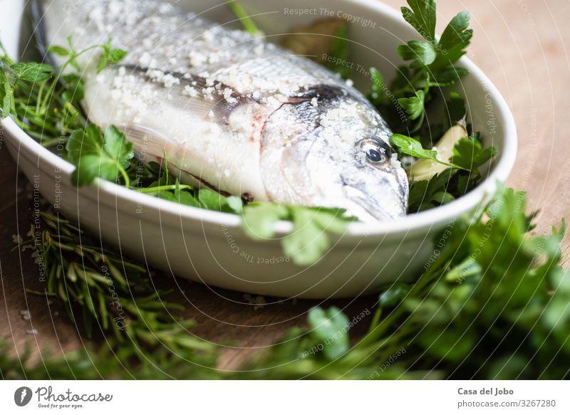 frische Dorade auf Holztisch Lebensmittel Fisch Meeresfrüchte Kräuter & Gewürze Essen Bioprodukte Slowfood Geschirr Freude Gesunde Ernährung Küche Diät füttern
