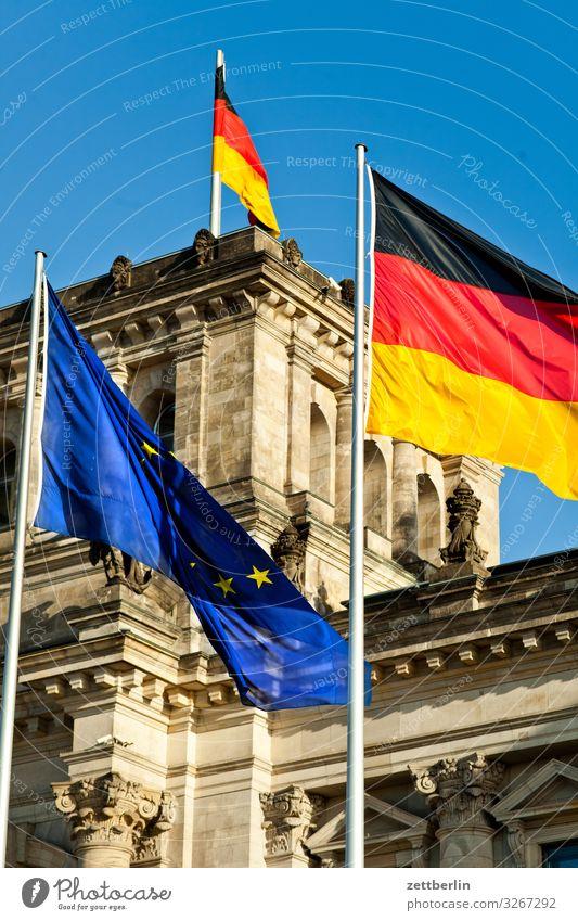 Reichstag mit drei Flaggen Architektur Berlin Deutscher Bundestag Großstadt Deutschland Deutsche Flagge Hauptstadt Stadtzentrum Parlament Regierung