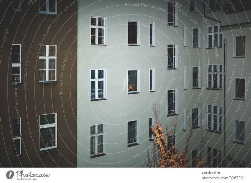 Hinterhof im Blitzlicht Stadt Haus Fenster Wand Textfreiraum Mauer Fassade Häusliches Leben Wetter Wohnhaus Stadtzentrum Wohnhochhaus Altbau hinten Hof