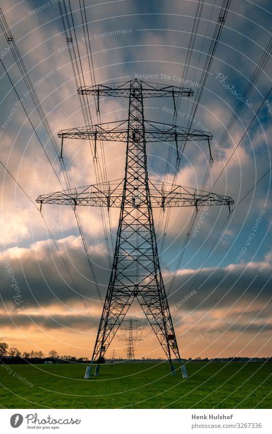 Hochspannungsmasten in einer schönen Landschaft mit bunten Wolken im Winter blau Kabel farbenfroh Konstruktion aktuell Gefahr Gerät Verteilung elektrisch