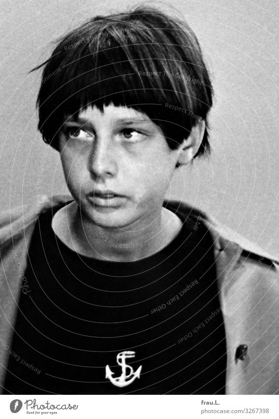 Jung Kind Mensch Denken Kindheit warten beobachten Hoffnung 8-13 Jahre T-Shirt Jacke brünett Pony kurzhaarig Pubertät androgyn