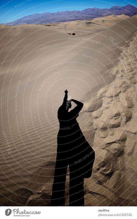 F*** YOU, ALTER! Mensch maskulin 1 Death Valley National Park mesquite sand dunes Aggression Stinkefinger Stranddüne Wüste Berge u. Gebirge USA Selbstportrait