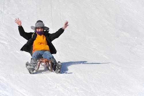 Juhuuu - nur fliegen ist schöner! Frau Mensch Ferien & Urlaub & Reisen Jugendliche Junge Frau weiß Freude Winter 18-30 Jahre Erwachsene lustig feminin Schnee
