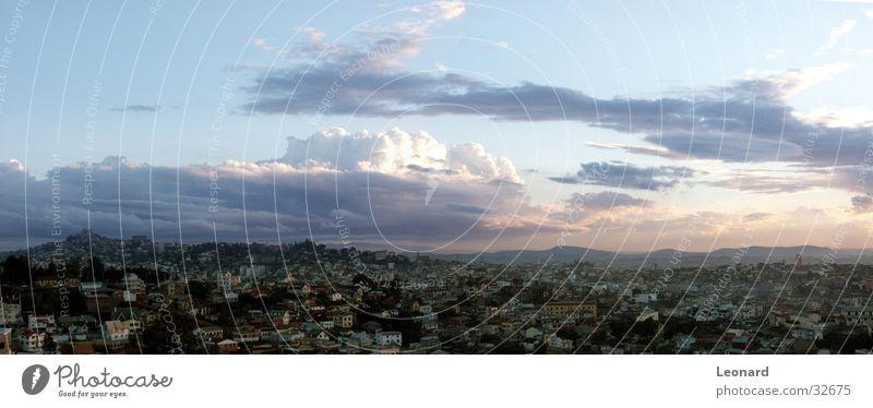 Antananarivo 1 Stadt Panorama (Aussicht) Gebäude Haus Hügel Wolken Sonnenuntergang Baum Palast Horizont Afrika Moral Berge u. Gebirge groß Panorama (Bildformat)