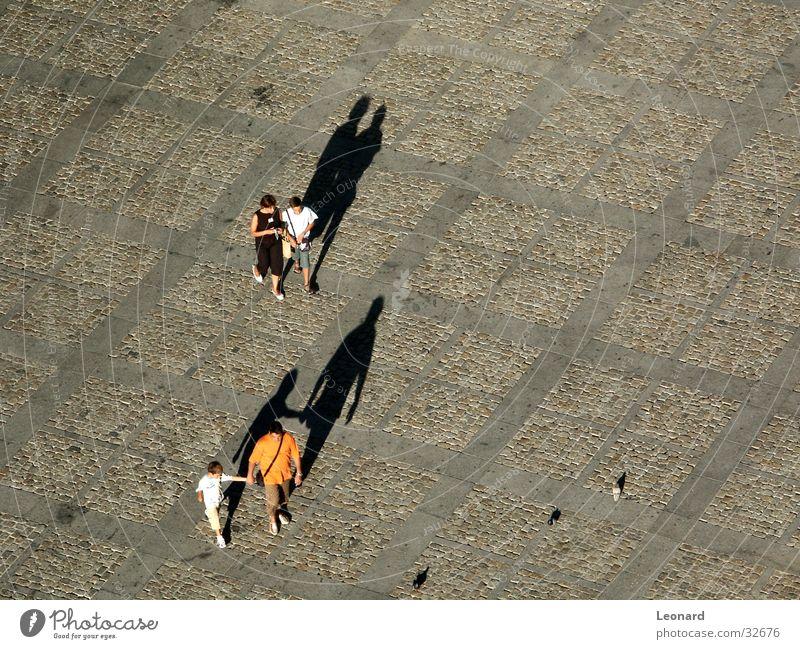 Schatten 2 Mensch Kind Bewegung Menschengruppe Vogel Boden Ecke Etage Taube