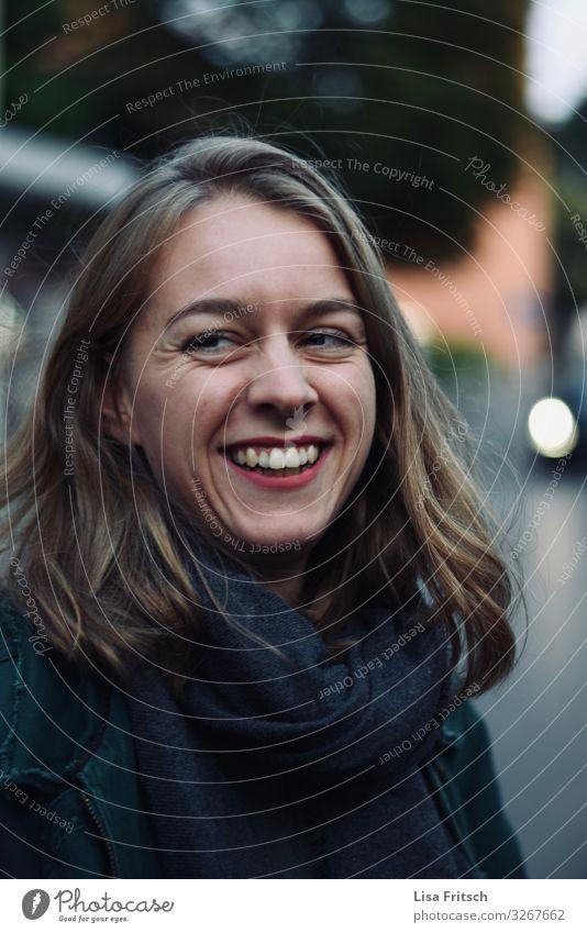 LACHENDE FRAU - NATÜRLICH - SCHÖN schön Feste & Feiern Frau Erwachsene 1 Mensch 18-30 Jahre Jugendliche blond langhaarig lachen Ferien & Urlaub & Reisen