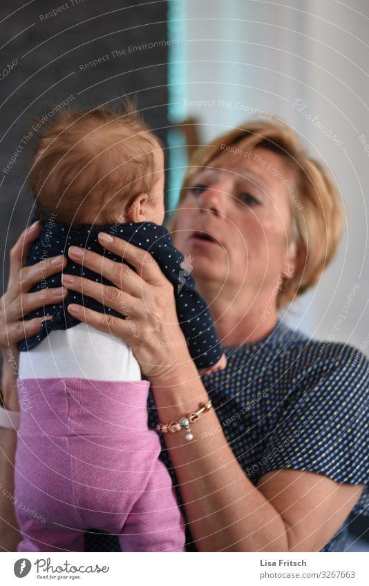 Och.. BABY - IN DEN HÄNDEN HALTEN Muttertag Baby Frau Erwachsene Familie & Verwandtschaft Leben 2 Mensch 0-12 Monate 45-60 Jahre blond kurzhaarig beobachten
